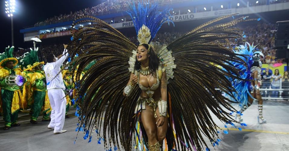 7.fev.2016 - Aline Riscado estreia no Carnaval de São Paulo como Rainha de Bateria da escola da zona norte de São Paulo
