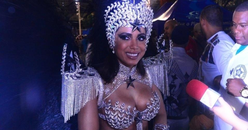 8.fev.2016 - A cantora Anitta exibe sua fantasia antes de estrear na avenida para Mocidade