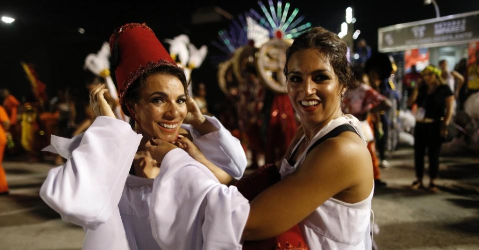 8.fev.2016 - Integrantes tiram a fantasia, após desfilarem na Sapucaí, na primeira noite do Grupo Especial