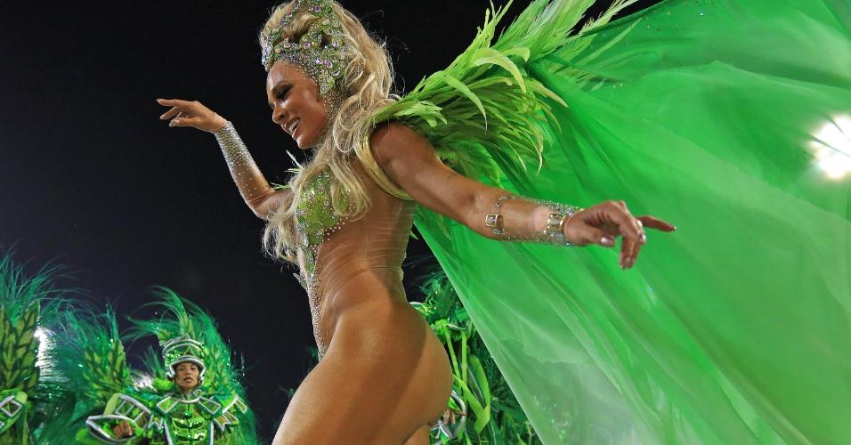 """8.fev.2016 - Juju Salimeni usou fantasia que representava dança típica, a caninha verde. Praticamente nua, a ex-panicat disse que se sente bastante à vontade com pouca roupa. """"O Carnaval é a única época em que mostro completamente meu corpo"""", falou ao UOL. Segundo a artista, o traje custou R$ 70 mil"""