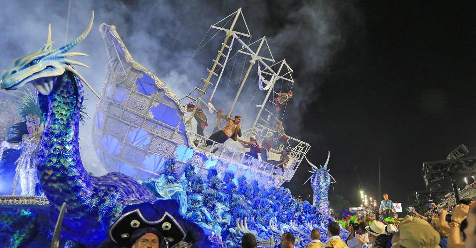 9.fev.2016 - O carro alegórico coreografado da Portela tinha integrantes nas laterais fazendo movimentos que lembravam as ondas do mar e barco que balançava, enquanto acrobatas interpretavam marinheiros