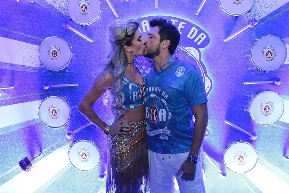 13.fev.2016 - Mirella Santos e  Wellington Muniz, o Ceará, se beijam em camarote na Sapucaí. O casal foi ao sambódromo para acompanhar o desfile das campeãs do Carnaval do Rio