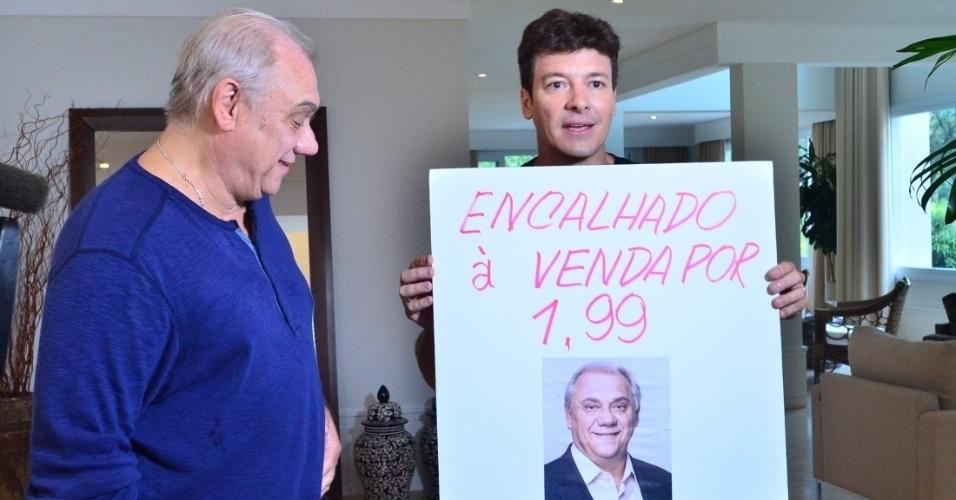 """27.mar.2016 - Rodrigo Faro visita a casa de Marcelo Rezende e brinca com a solteirice do colega da Record no """"Hora do Faro"""""""