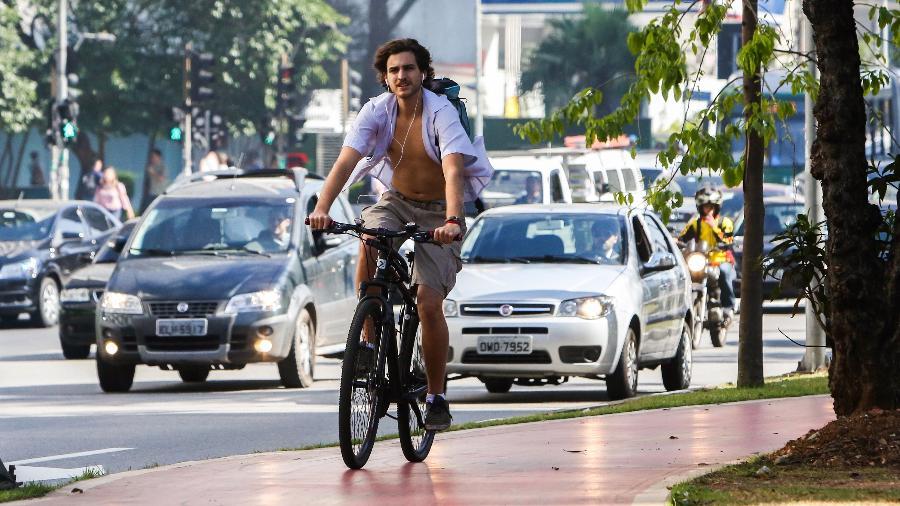Ciclista pedala na ciclovia da Faria Lima, em São Paulo: trecho teve crescimento expressivo no tráfego - Ricardo Matsukawa/UOL