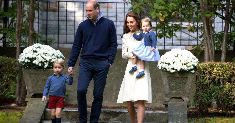 29.set.2016 - Príncipe William e Kate Middleton posam com os filhos George e Charlotte durante passagem da Família Real Britânica pelo Canadá