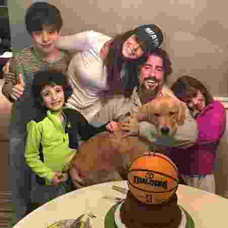 Marcos Mion e Suzana Gullo em momento família ao lados dos filhos Romeo, Stefano, Donatella e da cadela Pankeka - Arquivo Pessoal