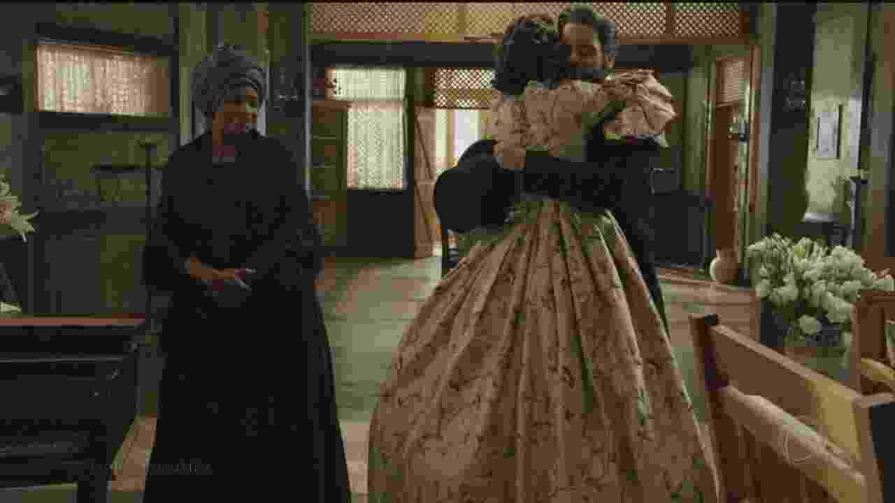 """Após passagem de tempo em """"Escrava Mãe"""", Isaura aparece crescida, mas de costas, com a mesma caracterização de Bianca Rinaldi, que interpretou a personagem em """"A Escrava Isaura"""" (2004) - Reprodução/Record"""