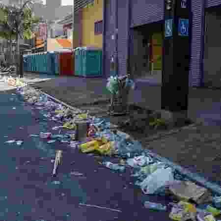 Após o sábado de folia com os blocos de Carnaval, ruas do bairro de Pinheiros, na zona oeste de São Paulo, amanhecem com acumulo de lixo e depredações. Três banheiros químicos foram incendiados na manhã deste domingo na rua dos Pinheiros e a fachada de um estacionamento foi atingida pelas chamas. Os bombeiros precisaram ser acionados para conter as chamas - Marco Ambrosio/Framephoto/Estadão Conteúdo