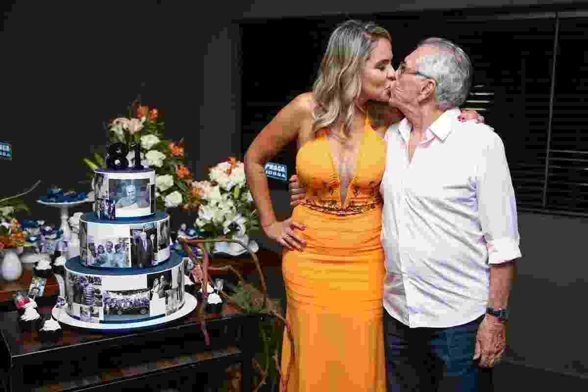 Carlos Alberto de Nóbrega ganha beijos da namorada, Renata Domingues, em sua festa de 81 anos em pizzaria de São Paulo - Manuela Scarpa/Brazil News