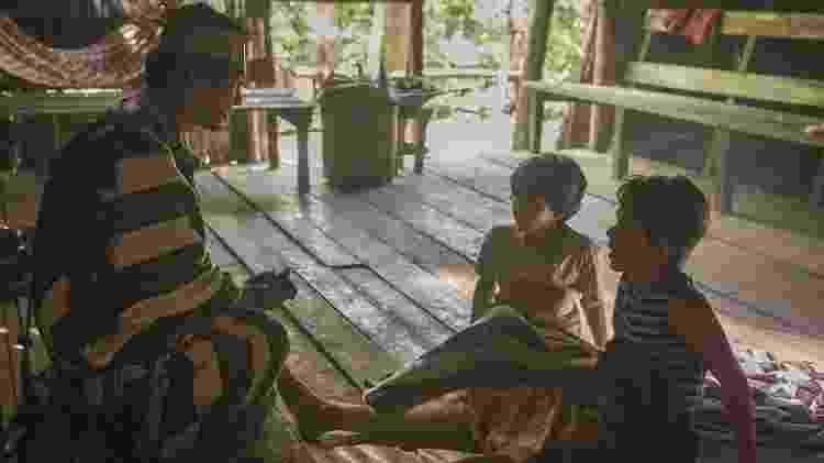 """Índio quando resgatou os meninos Ruy e Zeca das águas do rio em """"A Força do Querer"""" - Reprodução/GShow - Reprodução/GShow"""