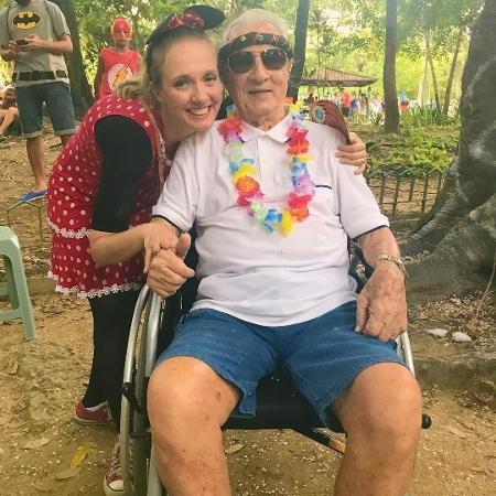 """Em cadeira de rodas, Orlando Drummond curte bloco de Carnaval e posa com a atriz Luciana D""""Aulizio - Reprodução/Instagram"""
