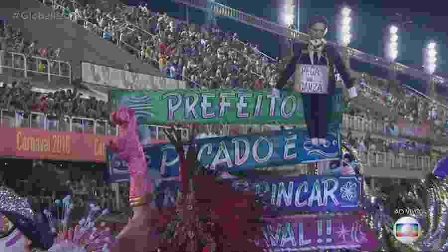 """O prefeito carioca Marcelo Crivella é transformado em Judas no desfile da Mangueira, sobre as palavras: """"Prefeito, pecado é não brincar o Carnaval!"""" - Reprodução/TV Globo"""