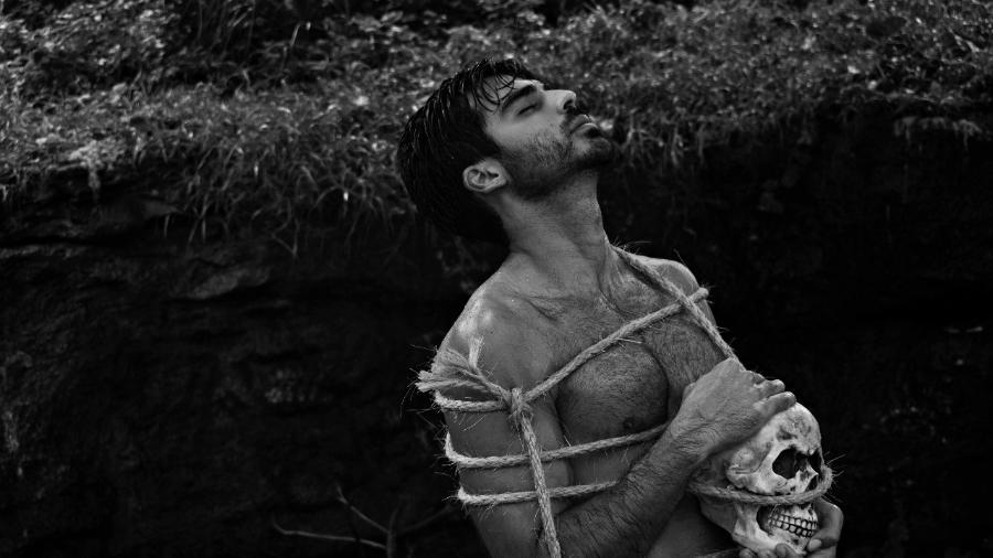 """Anderson Tomazini faz ensaio inspirado na peça """"Hamlet"""" - Sergio Santoian/Divulgação"""