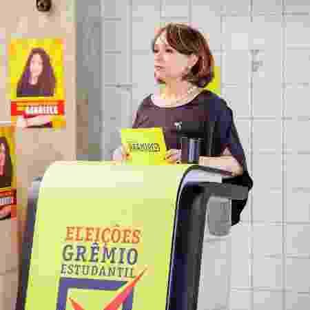 """Ruth Goulart (Myrian Rios) é mediadora de debate do grêmio estudantil em """"As Aventuras de Poliana"""" - Gabriel Cardoso/SBT - Gabriel Cardoso/SBT"""
