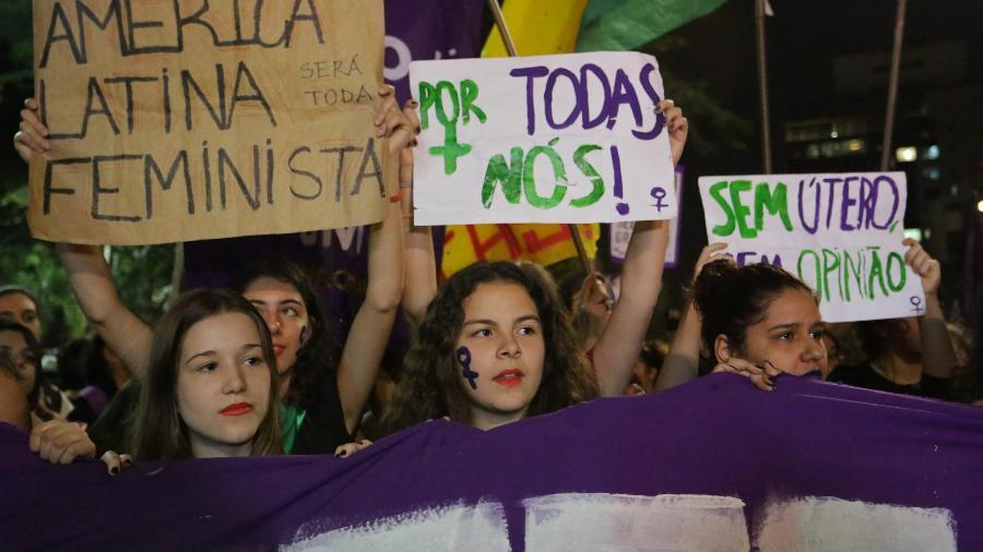 Mulheres de diversos movimentos sociais participam de protesto à favor da legalização do aborto na Avenida Paulista, região central de São Paulo, no dia 19 de julho. O grupo luta pela legalização do aborto e o controle da escolha de decidir sobre o destino do próprio corpo. Nesta quarta (8), novos protestos foram convocados - Fábio Vieira/FotoRua/Folhapress