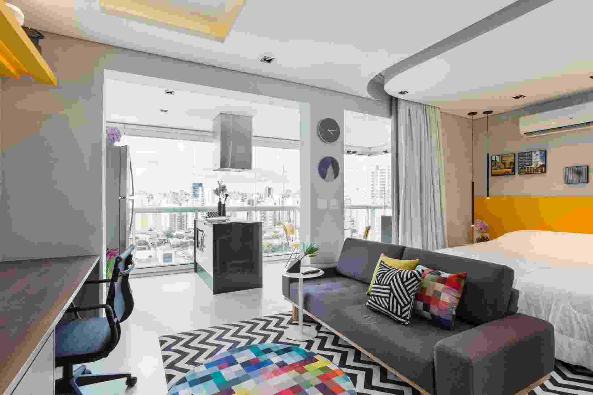 """Se você está pensando em investir em locação do tipo Airbnb e Booking, lembre-se de que o perfil do cliente é desconhecido e a identidade do imóvel não é muito definida. """"Escolha uma decoração que não seja nem sóbria, nem despojada"""",  ensina Igor Miyahara, autor do projeto deste apartamento de 38 m², em um flat. Este apê foi planejado com base neutra, toques de cor e detalhes estampados - Maura Mello/Divulgação"""