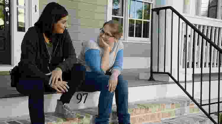 """Merritt Wever como Denise (à direita) ao lado de Tara (Alanna Masterson) em """"The Walking Dead"""" - Divulgação"""