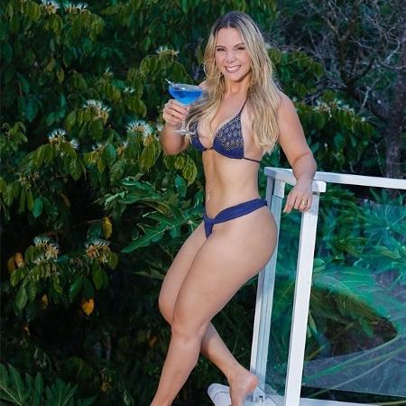 Carla Perez se delicia com um drink à beira da piscina - Reprodução/Instagram