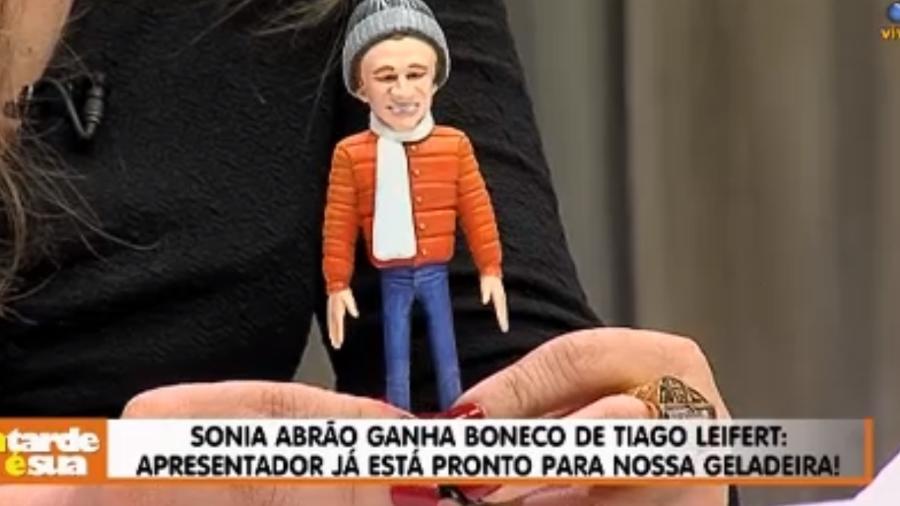Tiago Leifert envia boneco com sua aparência para Sonia Abrão - Reprodução/RedeTV!