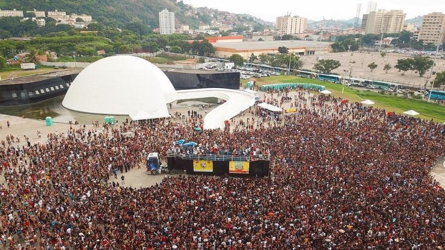 """Concentração do bloco """"Vou Zuar"""", no Caminho do Niemeyer, em Niterói - Reprodução/Instagram"""