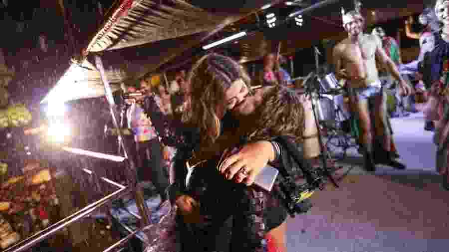 No encerramento da Pipoca da Rainha, Daniela Mercury beija a mulher, Malu Verçosa - Marcelo Justo/UOL