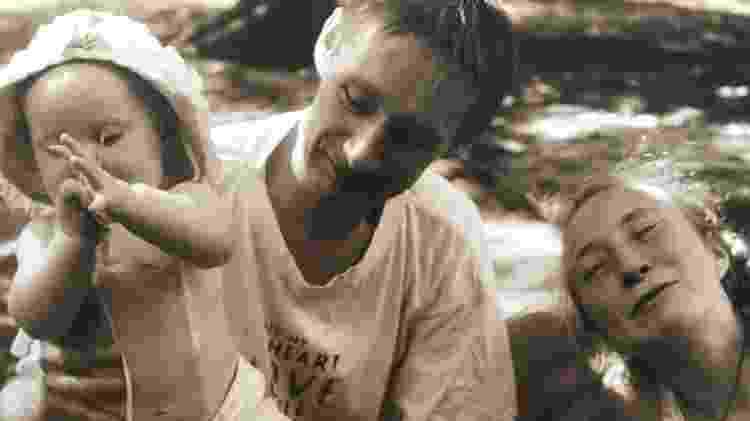 Aloma quando era bebê ao lado do pai, Toni, e da mãe, Molly - Arquivo pessoal