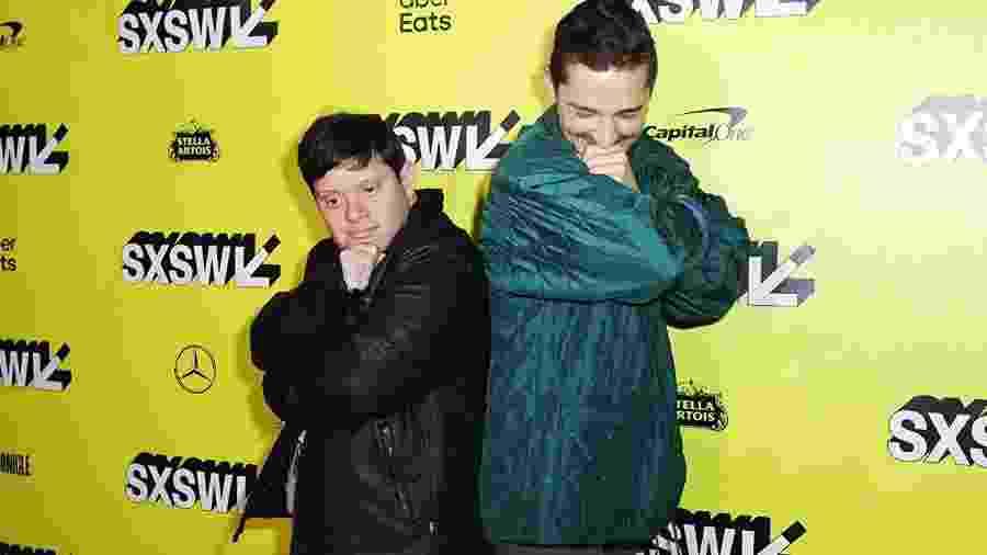Shia LaBeouf com o colega de The Peanut Butter Falcon, Zack Gottsagen - Divulgação/IMDb