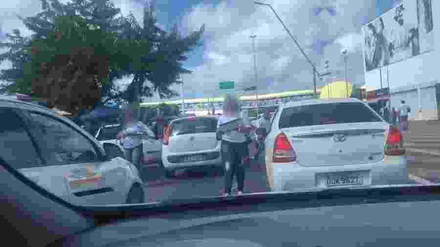 Funcionárias de empresa fornecedora de placas vendem produto em meio ao trânsito em Salvador (BA); prática é irregular - Reprodução