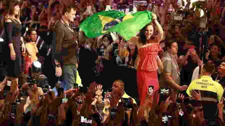 Gal Gadot exibe a bandeira do Brasil durante encontro com fãs na CCXP 2019 - Iwi Onodera/UOL