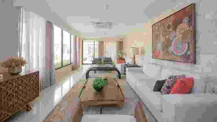 Na parede, no piso e até nos móveis, é melhor apostar em cores claras para propagar a iluminação natural, como fez a arquiteta Cris Nunes neste living room - Divulgação - Divulgação
