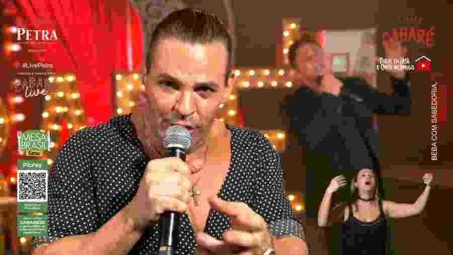 """Eduardo Costa durante a """"Live do Cabaré"""", ao lado do cantor Leonardo - Reprodução/Youtube"""