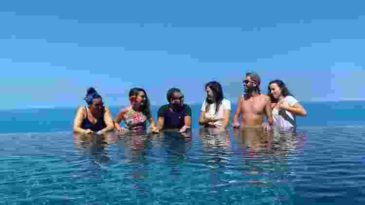 Danniel (de camiseta preta, no centro) com parte do grupo em uma piscina em Koh Samui, na Tailândia - Arquivo pessoal - Arquivo pessoal