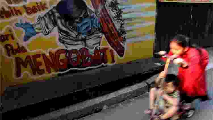 Crianças brincam na Indonésia; isolamento delas, com fechamento de escolas e menor necessidade de ir à rua como adultos, pode explicar papel menor na transmissão - REUTERS/Willy Kurniawan - REUTERS/Willy Kurniawan