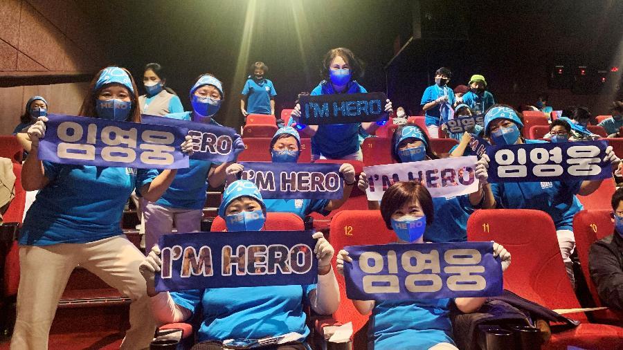 Fãs do cantor sul-coreano  Lim Young-woong pose posam para foto com cartazes em cinema em Gunpo - REUTERS