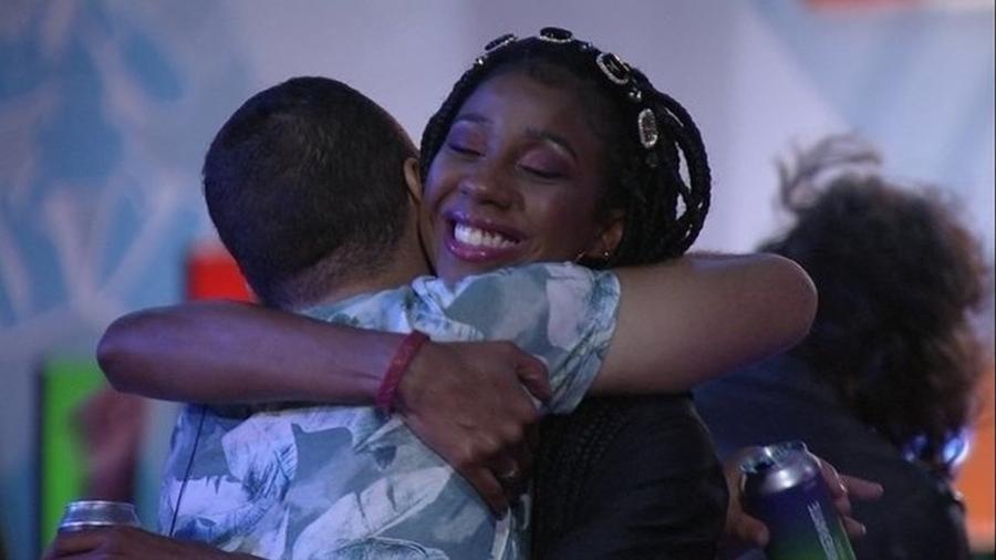 BBB 21: Gilberto e Camilla de Lucas durante a festa do líder João Luiz - Reprodução/Globoplay