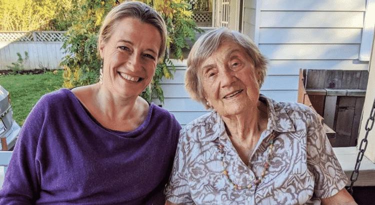 Lucy Adlington, autora da obra, com uma das costureiras sobreviventes de Auschwitz, Bracha Kohut, então aos 98 anos m 2019. - Lucy Adlington - Lucy Adlington