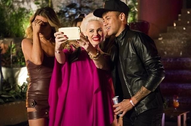 Sumara (Karine Teles) tieta o jogador Neymar em festa Morro da Macaca