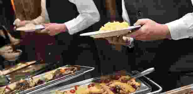 Prestadores de serviço devem consumir a mesma comida que é servida aos convidados - Getty Images
