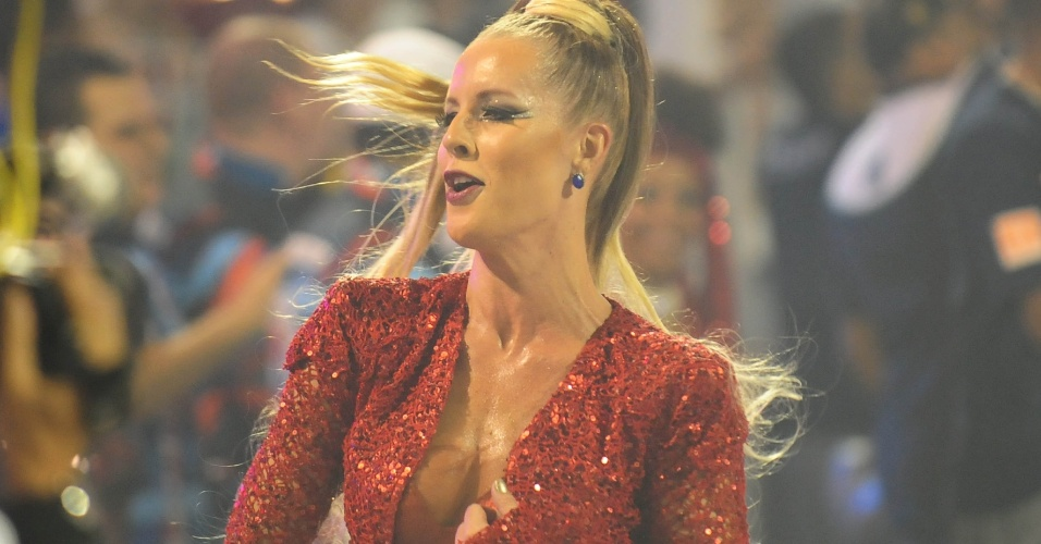 5.fev.2016 - A bailariana do Faustão Ju Valcézia desfila na primeira noite do Carnaval de São Paulo pela Pérola Negra