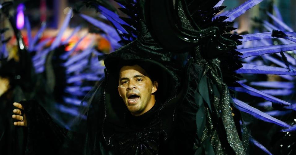 7.fev.2016 - Integrante da escola usa fantasia completamente preta, feito pouco comum em desfiles de carnaval, durante a passagem do Império de Casa Verde