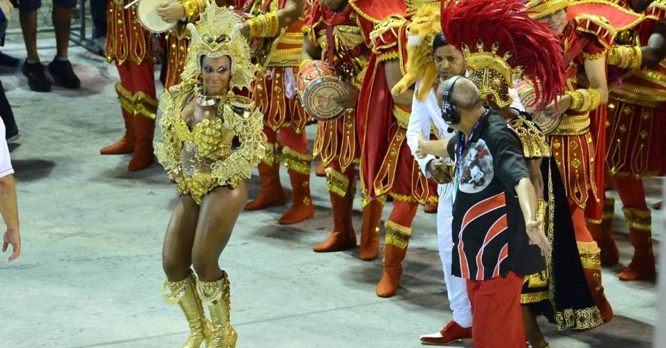 7.fev.2016 - Rainha de bateria Luana Bandeira da Estácio de Sá durante desfile que traz como tema São Jorge