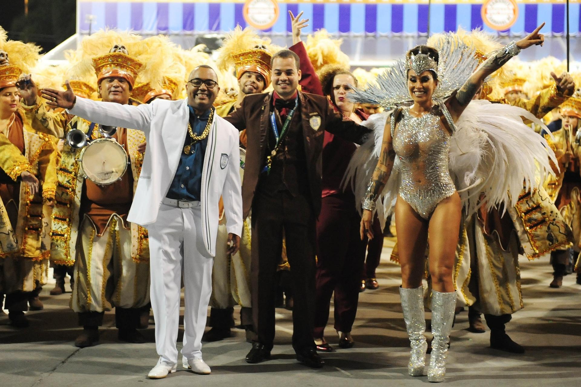 13.fev.2016 - Dudu Nobre, um dos compositores do samba-enredo da Vila Maria, desfila ao lado de Dani Bolina