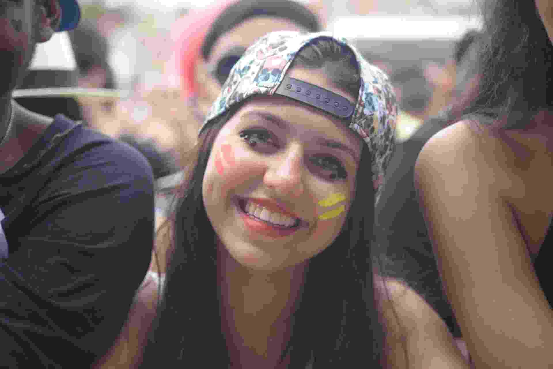 """13.mar.2016 - A mineira de Varginha, Bianca Davanzo, 17, que no ano passado foi a primeira da fila para entrar no Lollapalooza só para ver o show da Marina and the Diamonds, cancelado em cima da hora, voltou este ano ao festival para finalmente realizar o sonho de ver a artista. """"É impossível deixar de ser fã da Marina e neste ano eu voltei ao Lolla só para finalmente vê-la"""", disse a estudante. """"Eu chorei muito mais este ano quando a vi no palco. Foi uma emoção incrível"""" - Rafael Roncato/UOL"""