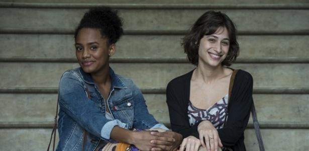 Após deixar a cadeia, Rose (Jéssica Ellen) ajuda a amiga Débora (Luisa Arraes) a encontrar o homem que abusou sexualmente dela - Estevam Avellar/TV Globo