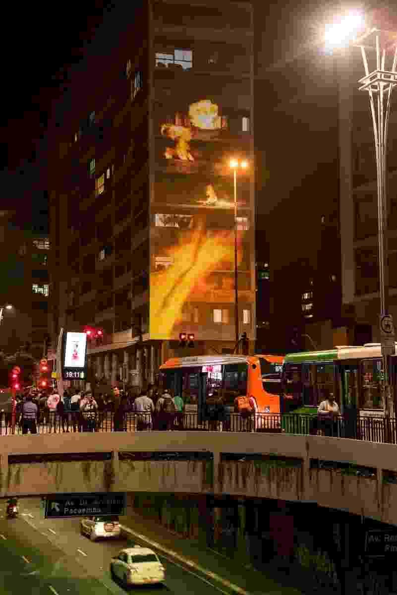 """03.ago.2016 - Na noite desta quarta-feira, um prédio localizado em uma das esquinas mais famosas de São Paulo, avenida Paulista com Rua da Consolação, recebeu um show de projeções inspiradas no filme """"Esquadrão Suicida"""", que estreia nesta quinta-feira no Brasil - Divulgação"""