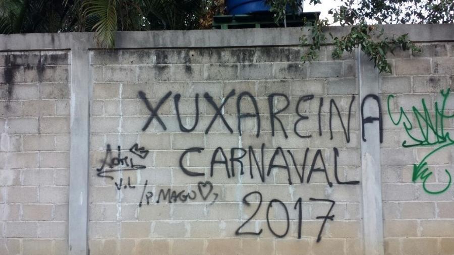 Muro do Projac é pichado por fãs de Xuxa após a emissora quase ignorar participação em desfile - Tereza Novaes/UOL