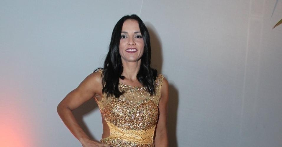 A ex-BBB Marinalva vai de vestido dourado ao casamento de Elis