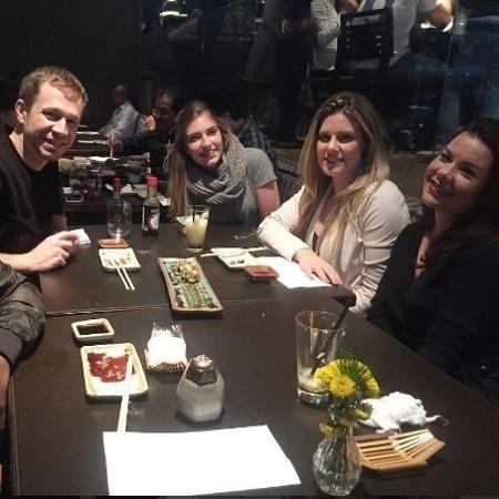 Thiaguinho, Tiago Leifert, a amiga Manuela Bertocci, Daiana Garbin e Fernanda Souza em restaurante de SP - Reprodução / Instagram