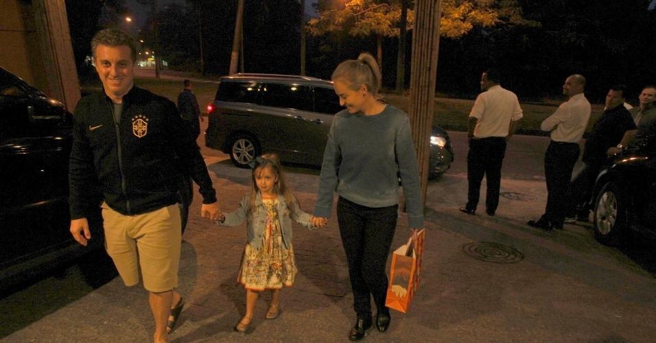 Luciano Huck e Angélica comparecem ao aniversário da filha de Grazi Massafera e Cauã Reymond acompanhados da filha, Eva