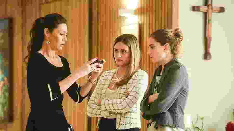 """Ivana (Carol Duarte) diz que Eugênio estava com Shirley. Simone (Juliana Paiva) mostra o vídeo para Joyce (Maria Fernanda Cândido) em """"A Força do Querer"""" - Mauricio Fidalgo/TV Globo"""